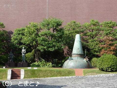 ポットスチル型モニュメントと銅像