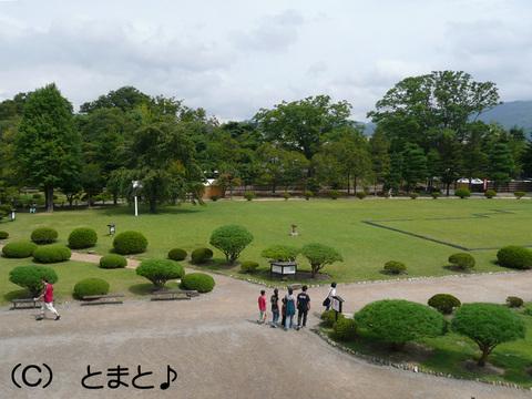 松本城天守から本丸御殿跡を望む